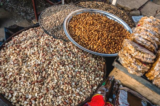 Erdnüsse, die am indischen markt verkaufen Kostenlose Fotos