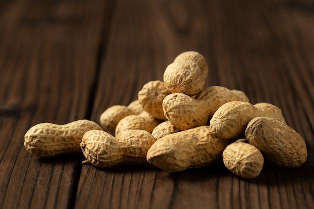 Erdnüsse in muscheln auf holz. Kostenlose Fotos