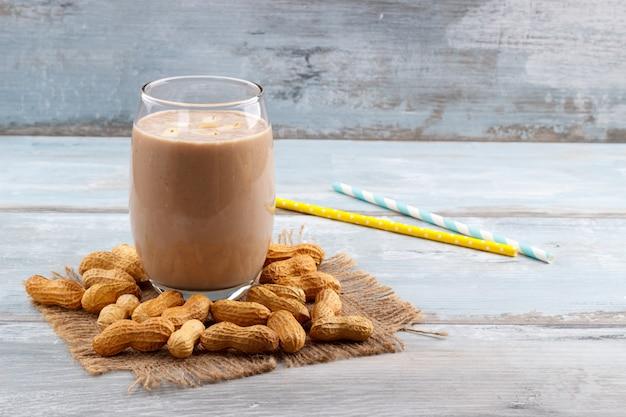 Erdnussbutter-bananen-hafer-smoothie Premium Fotos
