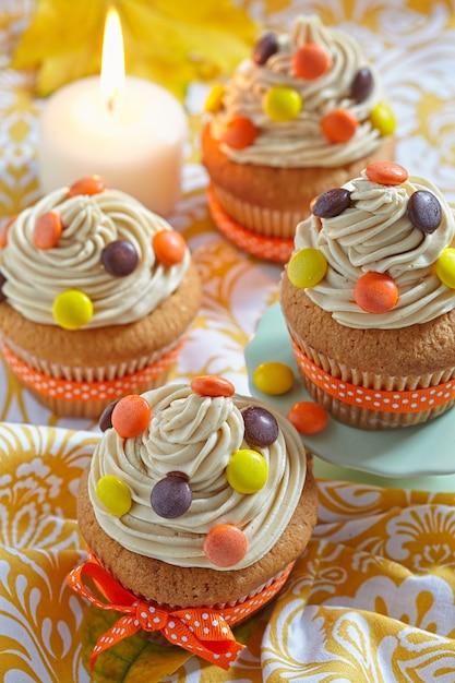 Erdnussbutter cupcakes dekoriert für herbst herbstferien Premium Fotos