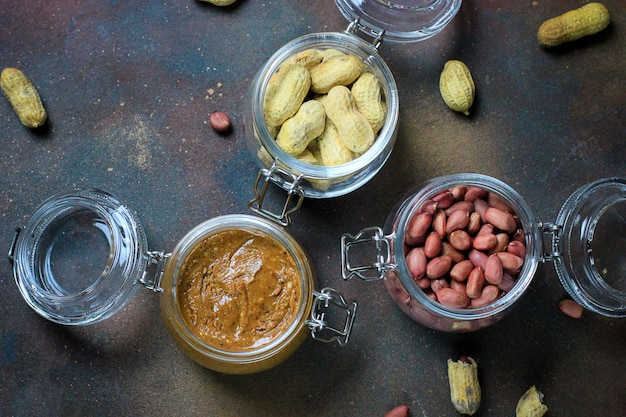 Erdnussbutter im glas und erdnüsse in gläser Kostenlose Fotos