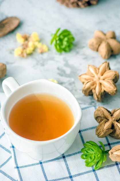 Erdnusstee sacha auf dem tisch für morgengesundheit Premium Fotos
