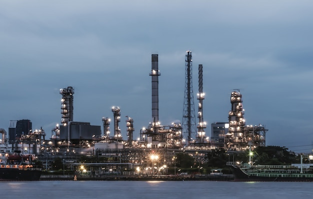Erdölraffinerie in der dämmerung Premium Fotos