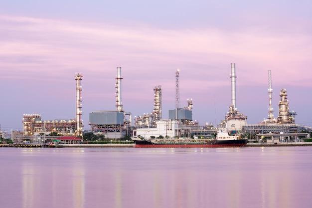 Erdölraffinerieanlage entlang des flusses Premium Fotos