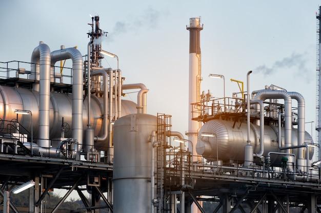 Erdölraffinerieanlage oder -chemie industriell am morgen für industrielles konzept. Premium Fotos
