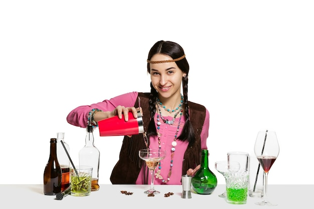 Erfahrene weibliche barmann macht cocktail im studio isoliert auf weiß b Kostenlose Fotos