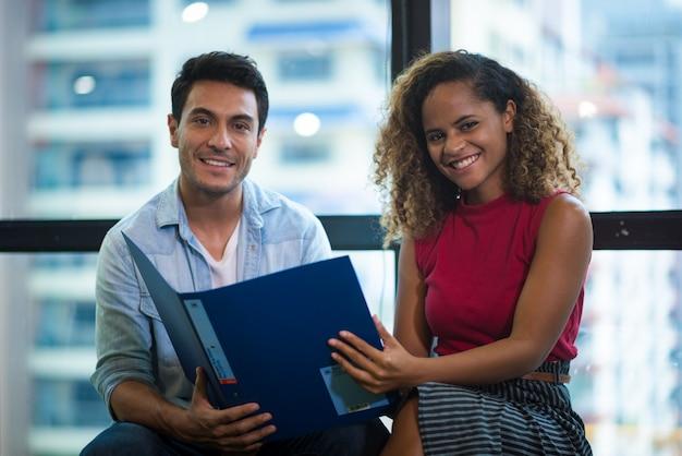 Erfolg und gewinnendes konzept - glückliches geschäftsteam, das sieg im büro feiert Premium Fotos