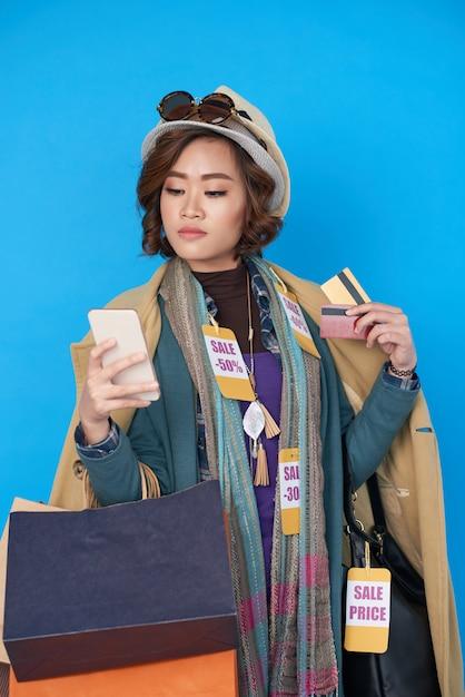 Erfolgreich einkaufen auf dem smartphone Kostenlose Fotos