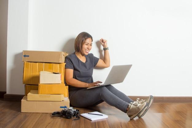 Erfolgreiche frauen im on-line-verkaufsideenkonzept, mit funktionierender laptop-computer Premium Fotos