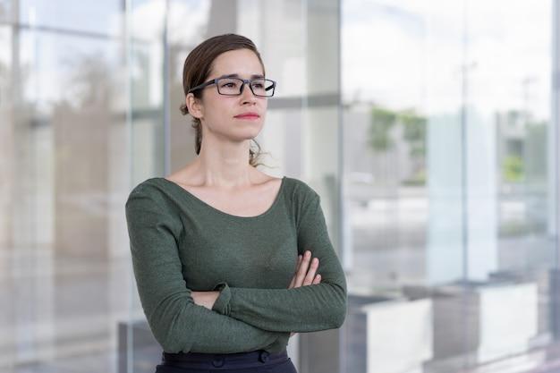 Erfolgreiche geschäftsfrau, die draußen aufwirft Kostenlose Fotos