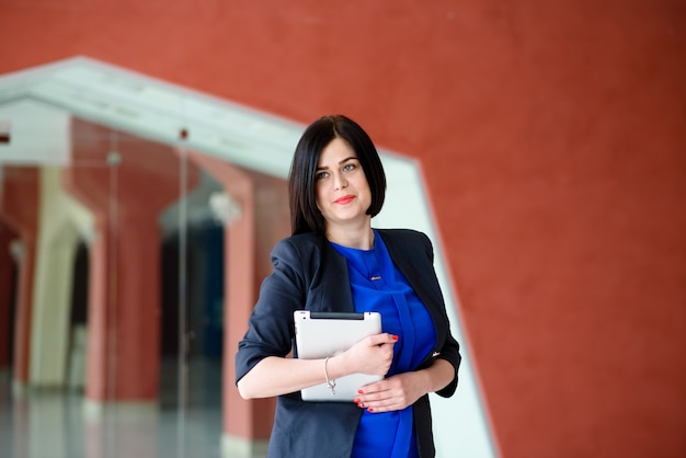 Erfolgreiche geschäftsfrau, die mit computer und tablette arbeitet. Premium Fotos