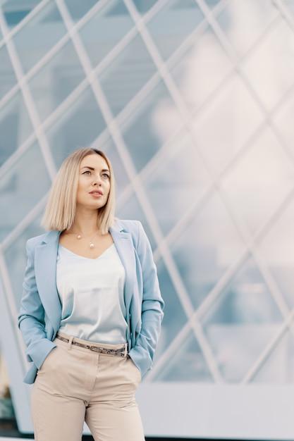 Erfolgreiche geschäftsfrau im blauen anzug Kostenlose Fotos