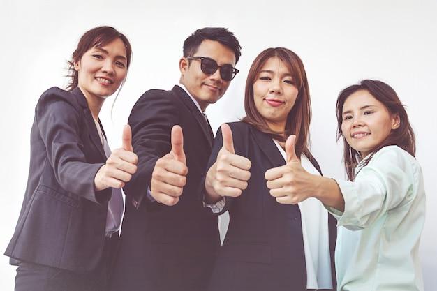 Erfolgreiche geschäftsleute mit den daumen oben und dem lächeln, geschäftsteam Premium Fotos
