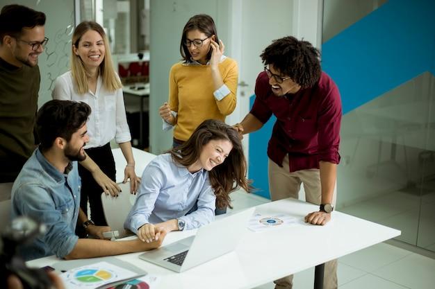 Erfolgreiche junge wirtschaftler, die sitzung im modernen büro haben Premium Fotos