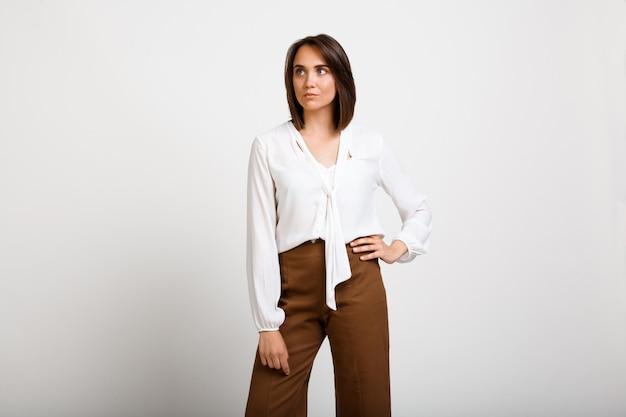 Erfolgreiche modefrau sieht selbstbewusst aus Kostenlose Fotos