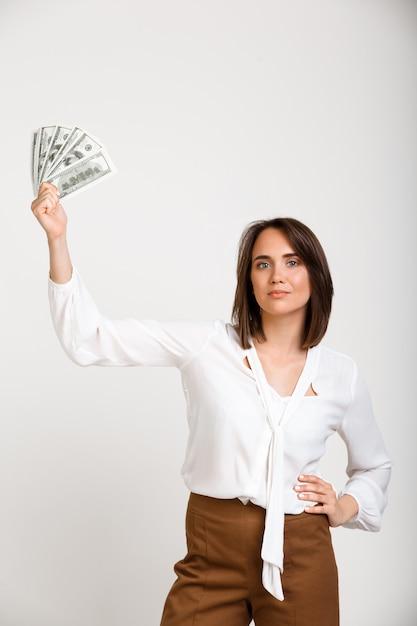 Erfolgreiche reiche modefrau, die geld zeigt Kostenlose Fotos