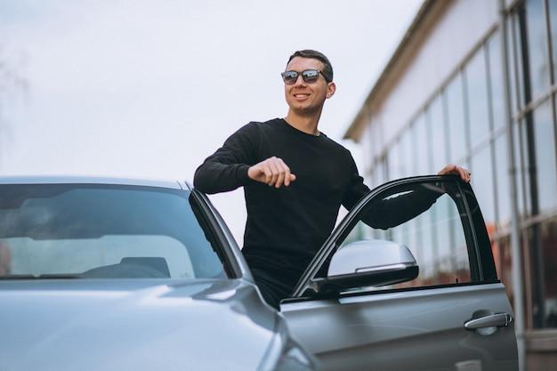 Erfolgreicher gutaussehender mann mit dem auto Kostenlose Fotos