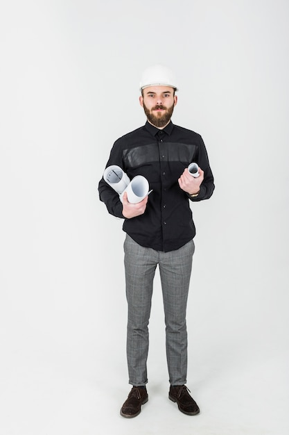 Erfolgreicher männlicher architekt, der rolluppläne hält Kostenlose Fotos