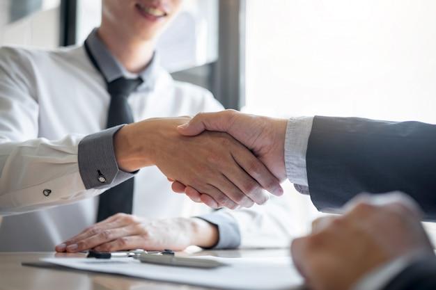 Erfolgreiches vorstellungsgespräch, chef-arbeitgeber im anzug und neuer angestellter, die hände nach verhandlung und interview, karriere- und platzierungskonzept rütteln Premium Fotos