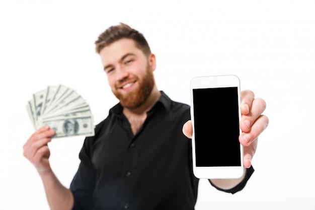 Erfreuter bärtiger geschäftsmann im hemd, das geld hält Kostenlose Fotos