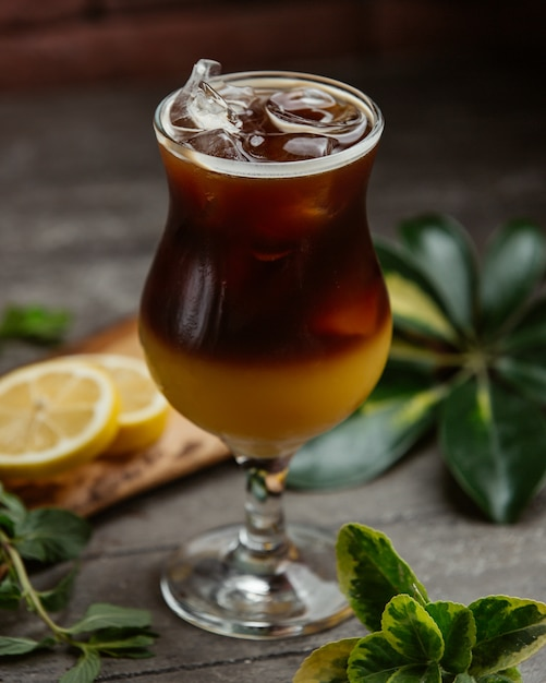 Erfrischender cocktail mit eiswürfeln Kostenlose Fotos