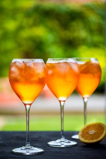 Erfrischendes aperitifgetränk für den sommer aperol spritz Premium Fotos