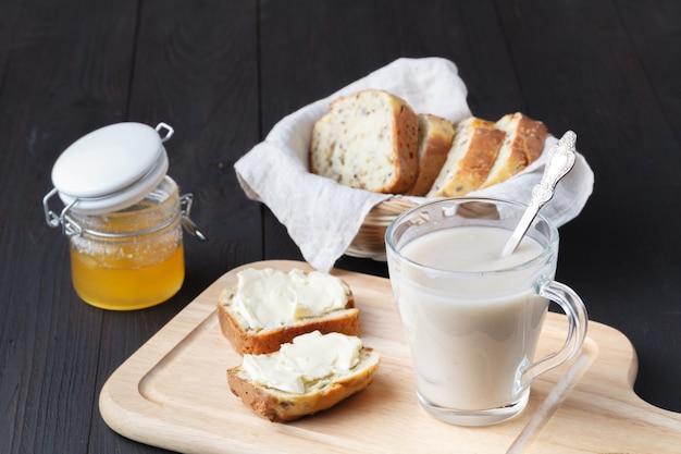 Erfrischendes haferflockengetränk für gesundes essen und diätkonzept, veganes essen Premium Fotos