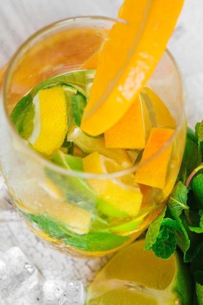 Erfrischendes kaltes zitruswasser mit minze Premium Fotos