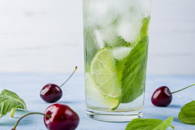 Erfrischendes kühles entgiftungsgetränk mit limette und minze Premium Fotos