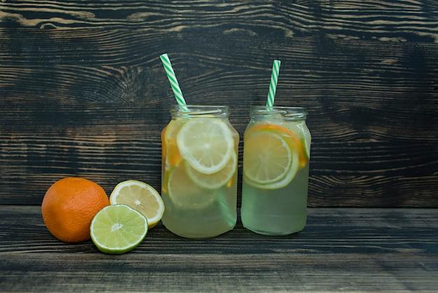 Erfrischendes sommergetränk aus zitrusfrüchten Premium Fotos