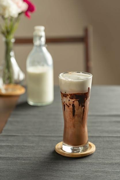 Erfrischendes sommergetränk mit schokolade Premium Fotos
