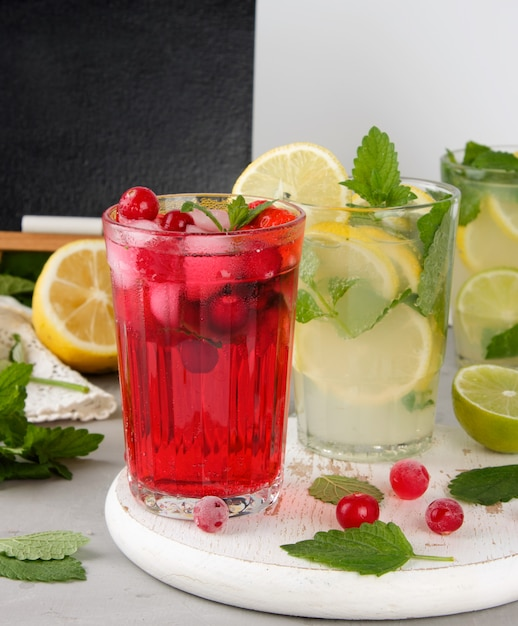 Erfrischendes sommergetränk von erdbeeren und preiselbeeren auf einem weißen holzbrett Premium Fotos
