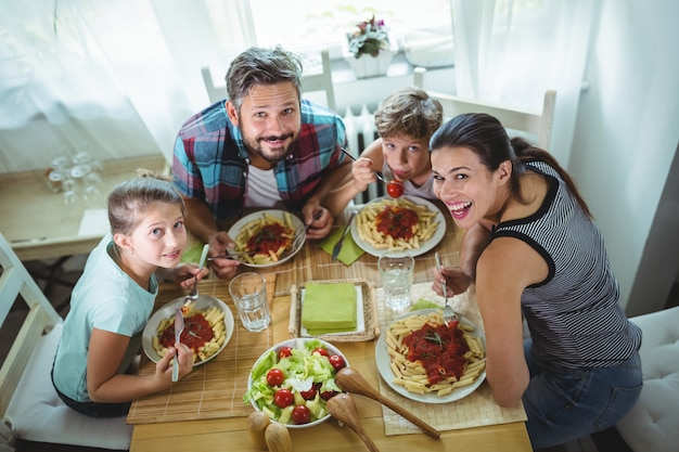 Erhöhte ansicht der familie, die zusammen essen hat Premium Fotos