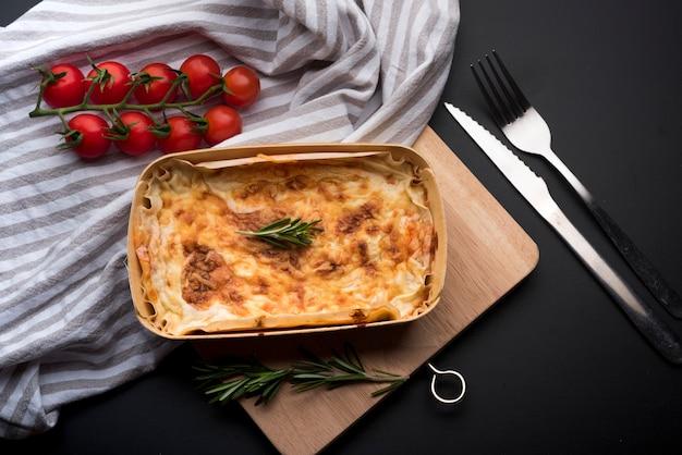 Erhöhte ansicht der tischdecke; frische zutat und köstliche lasagne Kostenlose Fotos