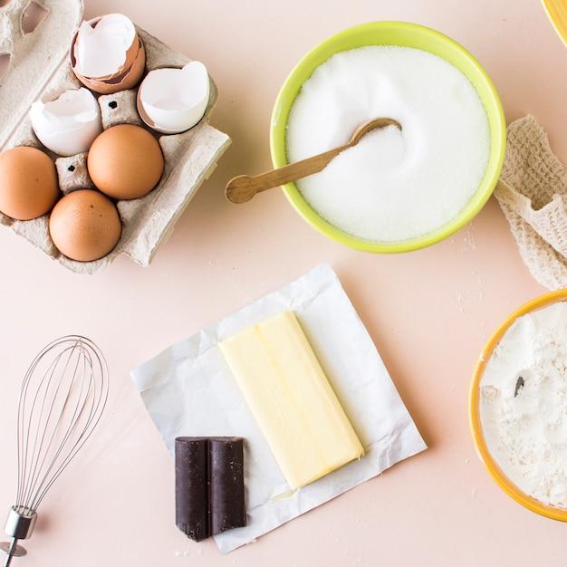 Erhöhte ansicht der zutaten für die kuchenherstellung Kostenlose Fotos
