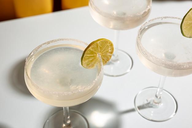 Erhöhte ansicht des glases margaritacocktails schmücken mit kalk auf tabelle Kostenlose Fotos