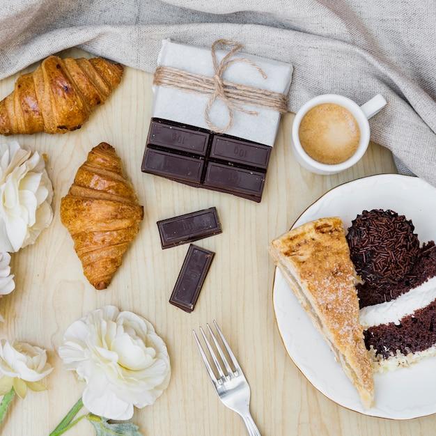 Erhöhte ansicht des köstlichen frühstücks und der schönen blumen Kostenlose Fotos