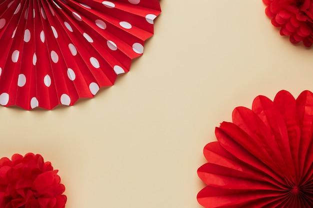 Erhöhte ansicht des roten schönen origamiblumenmusters Kostenlose Fotos