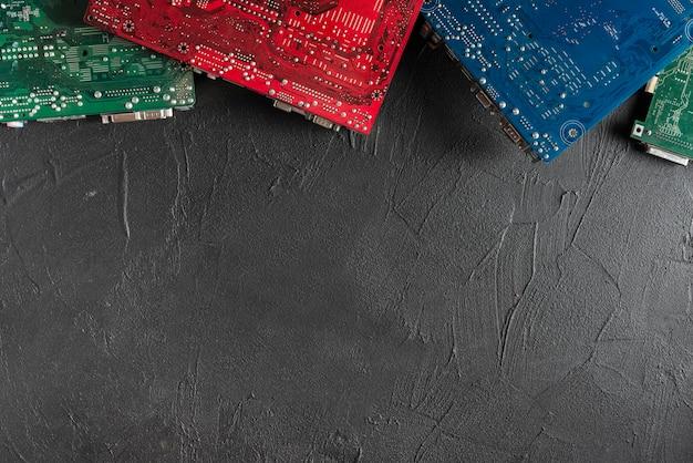 Erhöhte ansicht von bunten computerleiterplatten auf schwarzem hintergrund Kostenlose Fotos