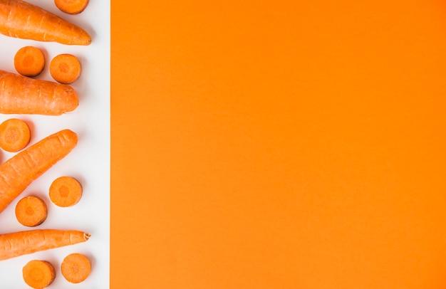 Erhöhte ansicht von frischen karotten auf doppelhintergrund Kostenlose Fotos