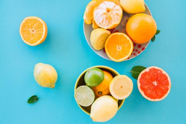Erhöhte ansicht von frischen saftigen früchten auf blauem hintergrund Kostenlose Fotos