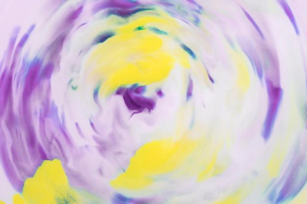 Erhöhte ansicht von purpurroten und gelben aquarellen im kräuselungsmuster Kostenlose Fotos