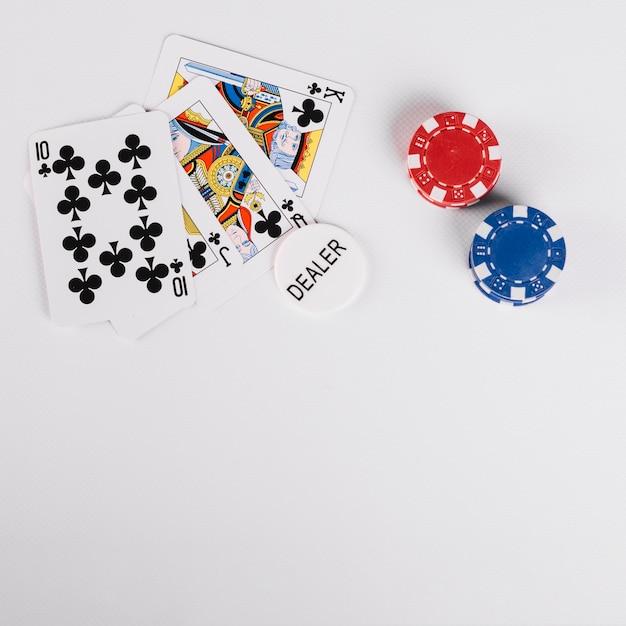 Erhöhte ansicht von spielkarten mit dealer- und casio-chips Kostenlose Fotos
