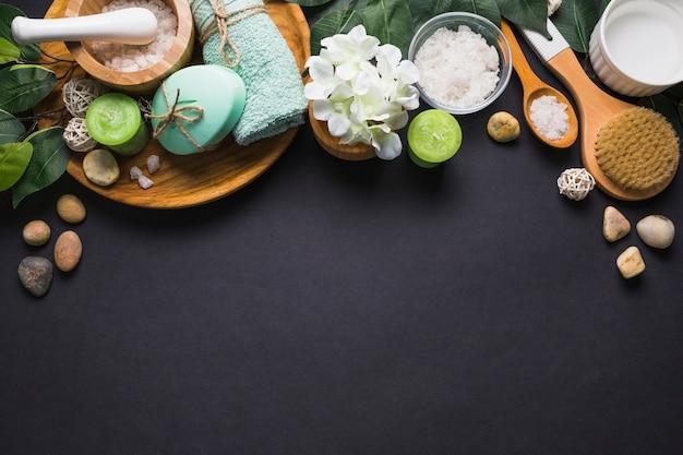Erhöhte ansicht von verschiedenen badekurortprodukten auf schwarzer oberfläche Kostenlose Fotos