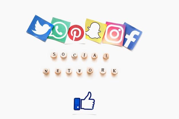 Erhöhte ansicht von verschiedenen beweglichen anwendungsikonen, von wort des sozialen netzes und daumen up zeichen Kostenlose Fotos