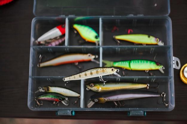 Erhöhte ansicht von verschiedenen fischenköder im kasten Kostenlose Fotos