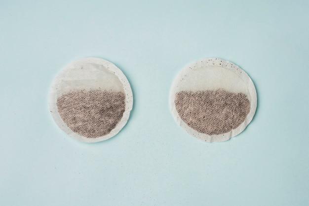 Erhöhte ansicht von zwei teebeuteln auf blauem hintergrund Kostenlose Fotos