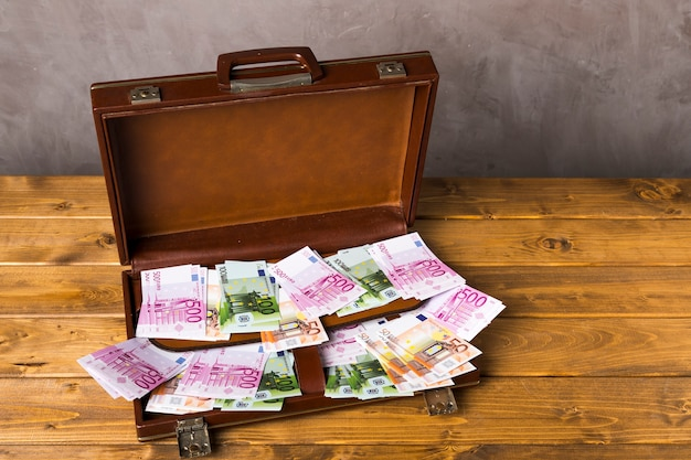 Erhöhter geöffneter koffer mit geld Kostenlose Fotos