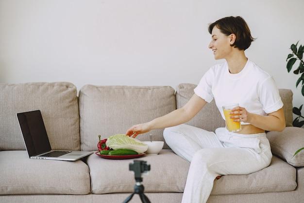 Ernährungsberaterin schießt ein ernährungs-tutorial Kostenlose Fotos