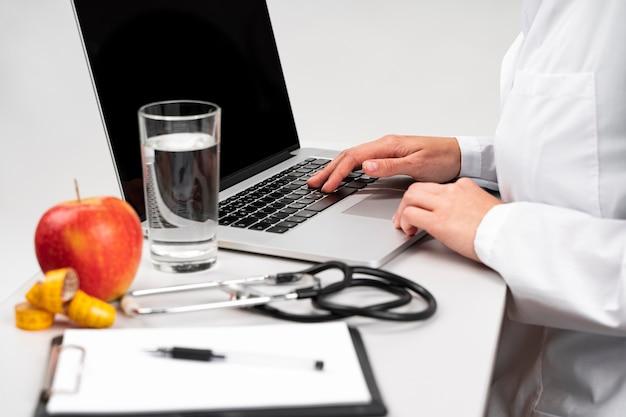 Ernährungswissenschaftler schreibtisch mit gesunden lebensmitteln Kostenlose Fotos